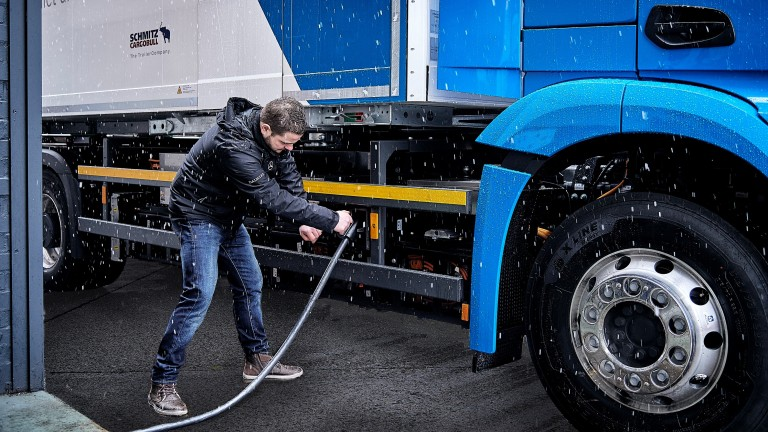 Charging an e-Actros truck
