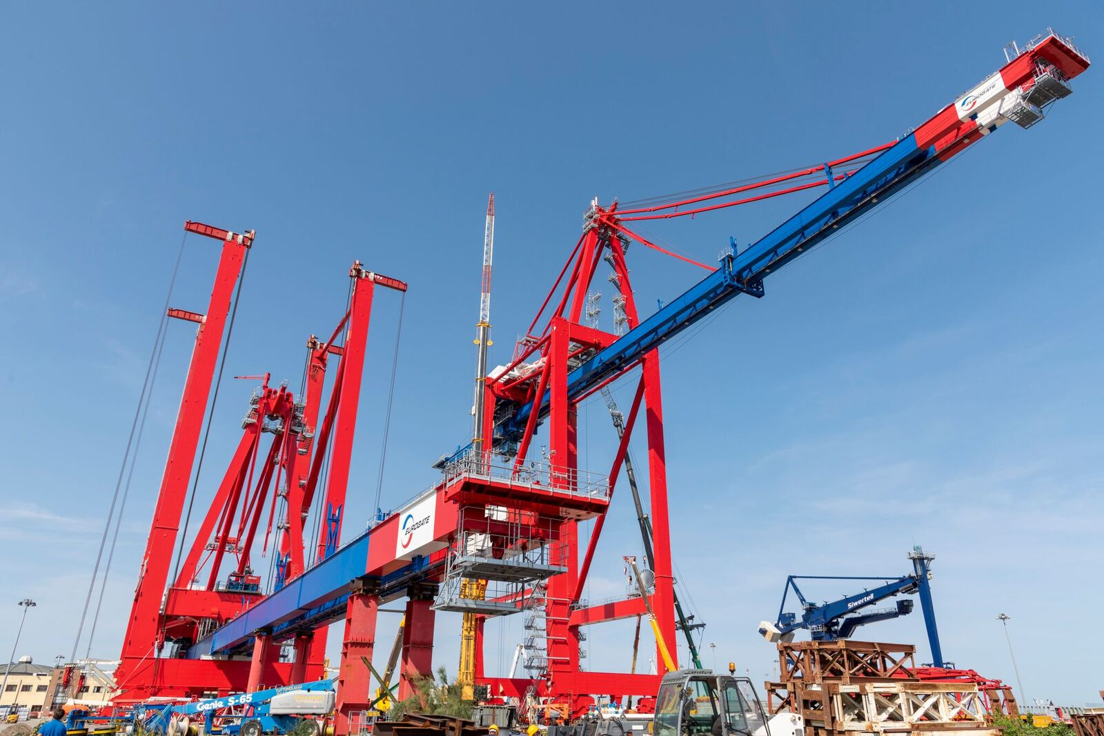The 23-row across cranes, with a 52.5m lift height, under assmebly in Chioggia
