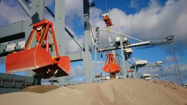 Adapted STS container cranes in Aarhus handling building materials