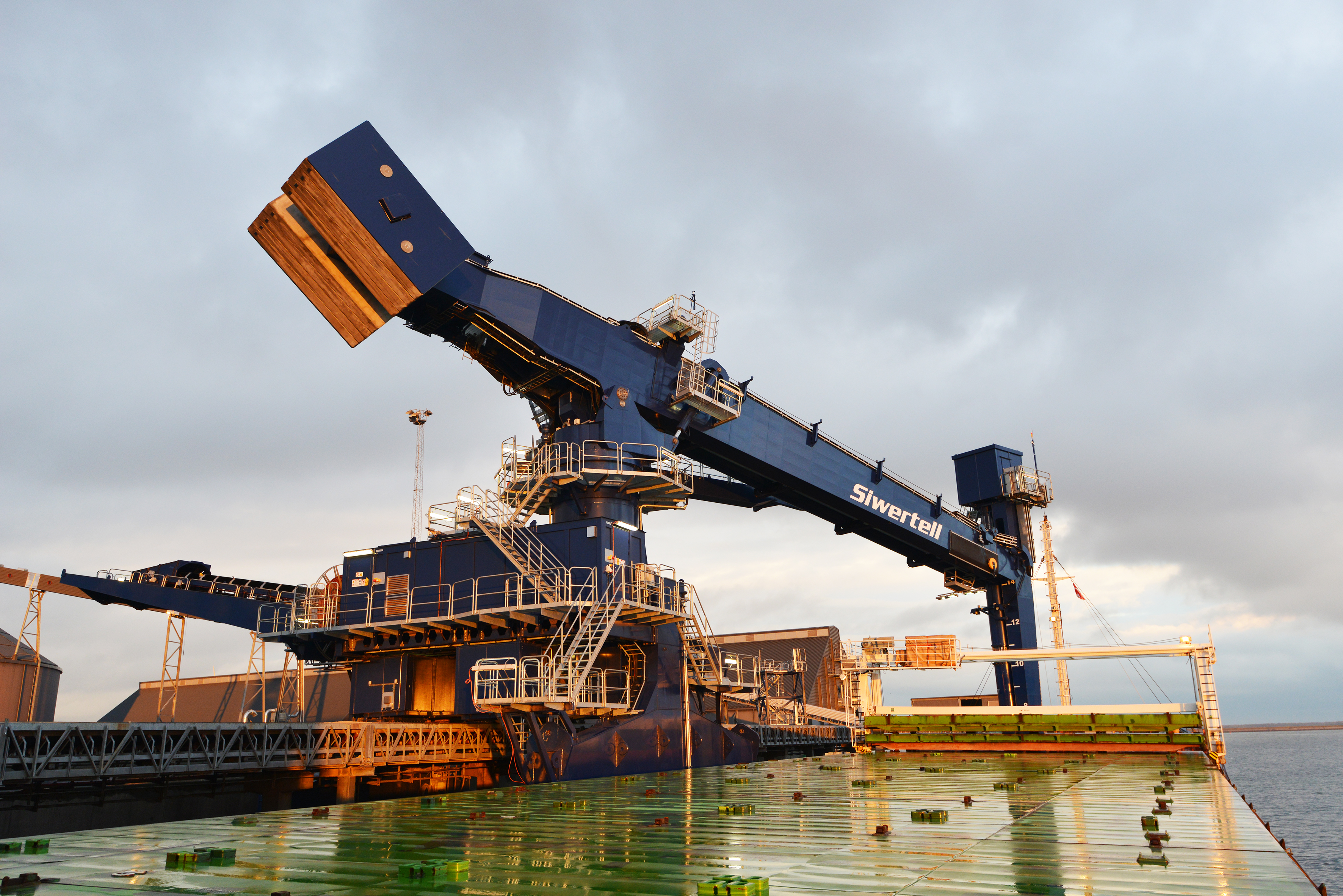 The Siwertell ship-unloader will discharge ships up to 20,000 dwt at a peak capacity of 700 tph