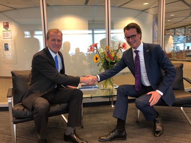 Allard Castelein (L) and NRW Transport Minister Hendrik Wüst