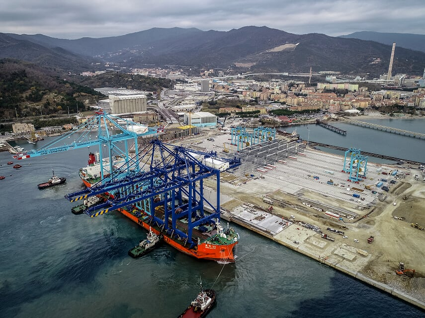 First STS crane arrives at APM Terminals Vado Ligure