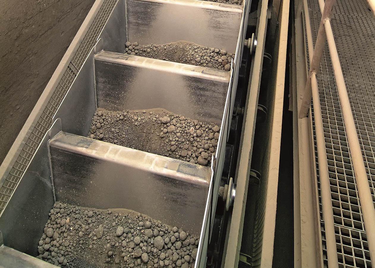 Conveying system for oil shale power plant