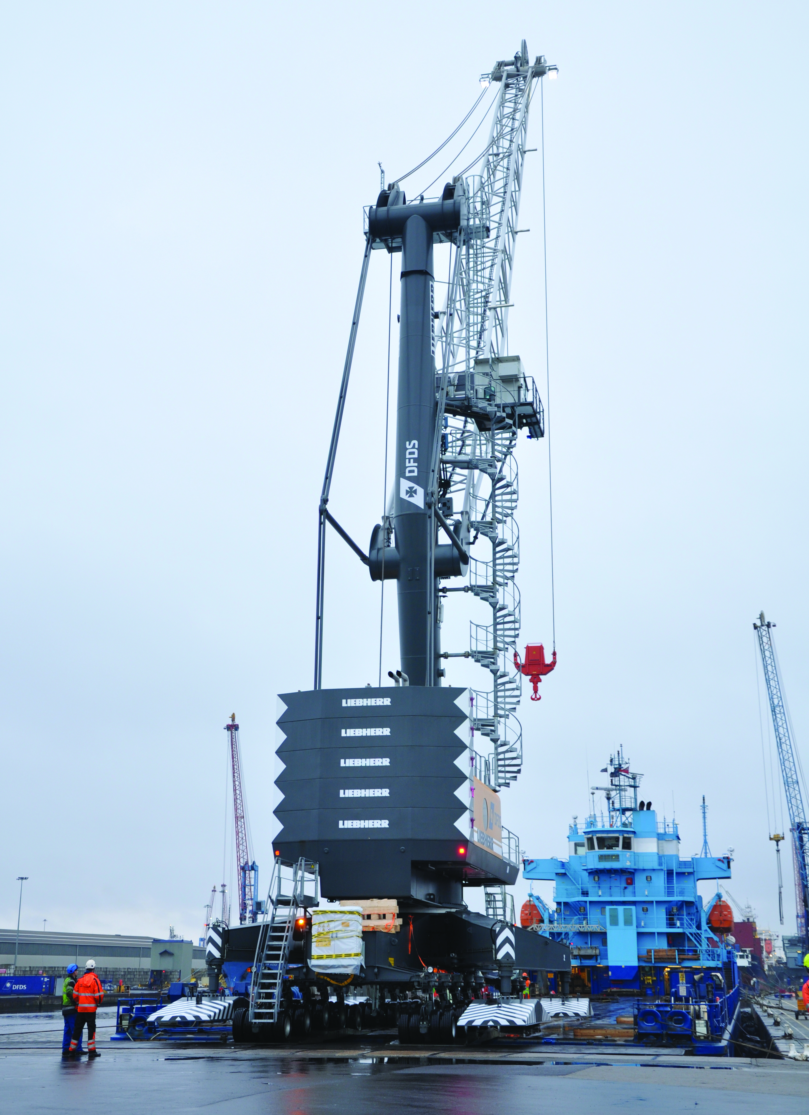 The crane is equipped with a cable reeling system to run off the port grid, as required