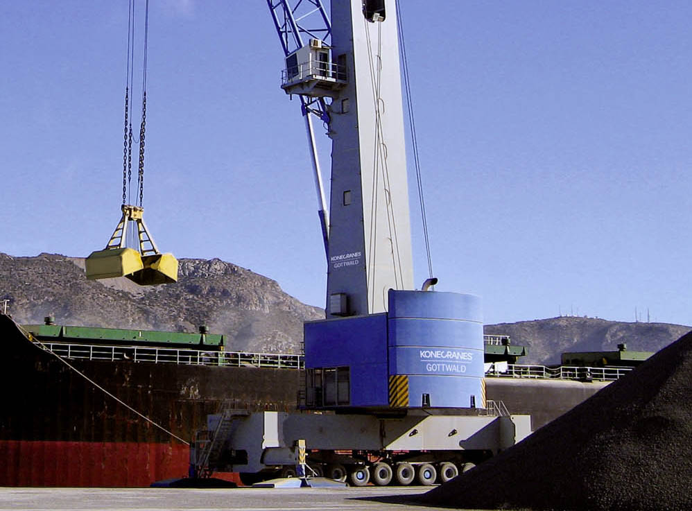 Bulky jobs call for trio of large mobile harbour cranes