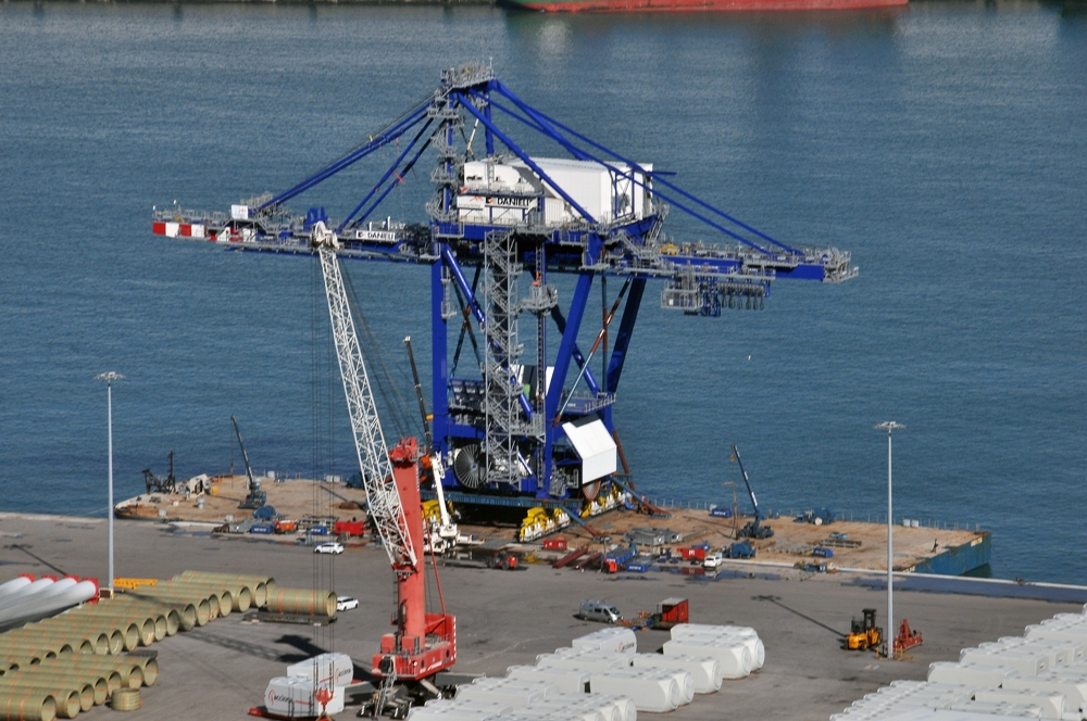 After jack-up and erection, the unloader was transferred to the barge by SPMTs