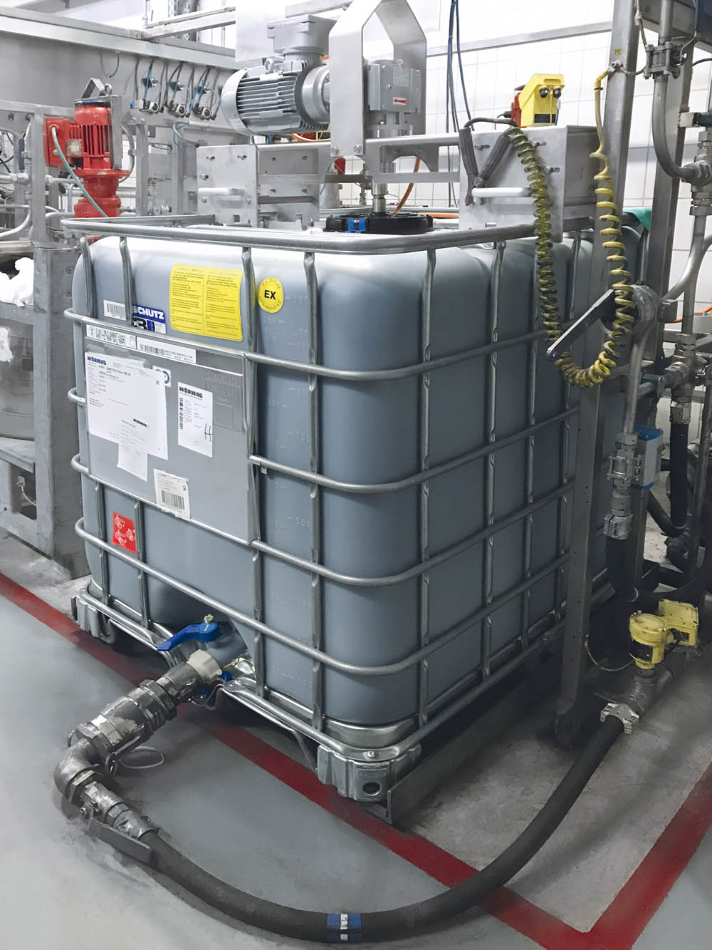 The Schütz IBC with impeller and agitator drive is directly connected to a production line