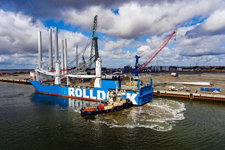 Liebherr LHM 800 MHC arrives in Esbjerg port
