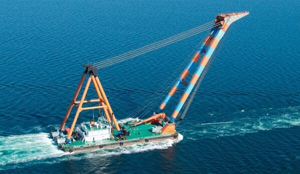Floating crane HEBO LIFT 9 to salvage Liebherr cranes