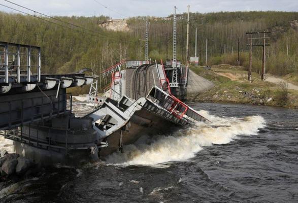 Bridge collapse halts Murmansk coal flows
