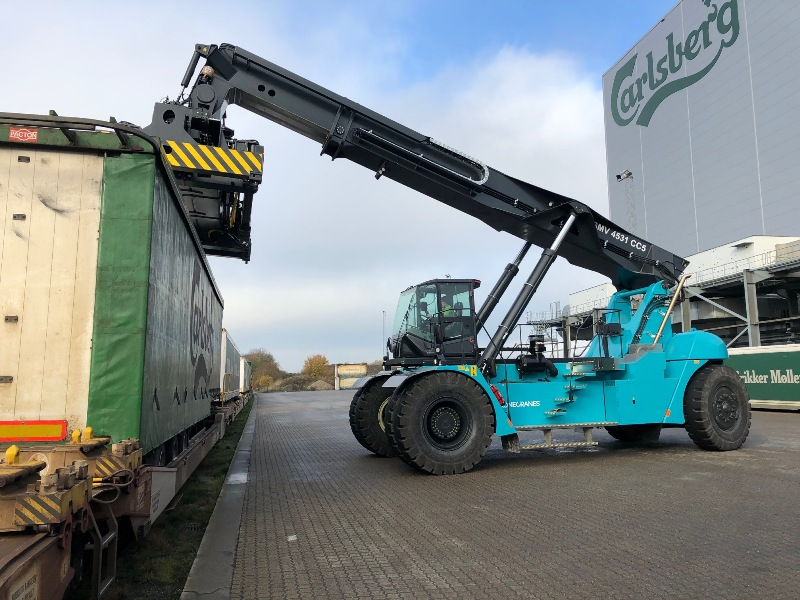 Reach stacker for topliftable trailers