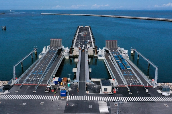 "Calais inaugurates ""new port"""